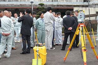 鹿児島県建設業青年部会曽於支部の「応用測量セミナー」にて実演写真2